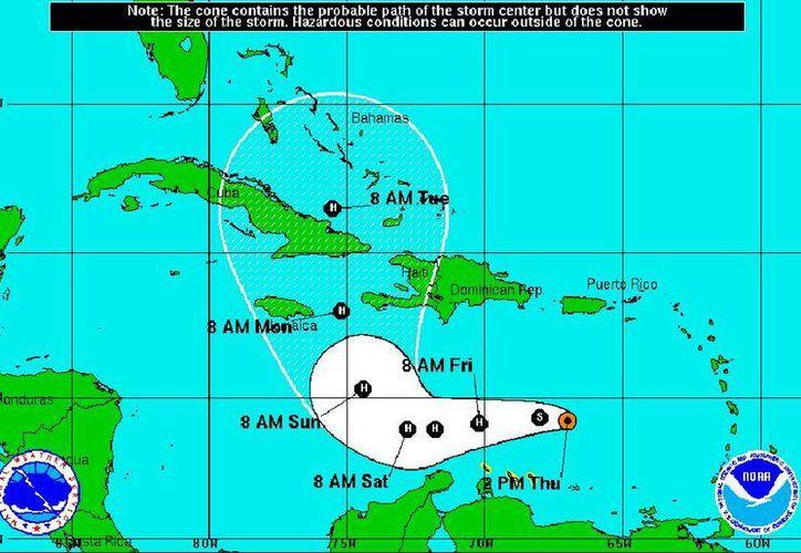 Matthew ahora tiene vientos máximos sostenidos de 110 kph, avanza hacia el oeste a 28 kph y su centro está 300 kilómetros (190 millas) al noreste de Curazao. (nhc.noaa.gov)
