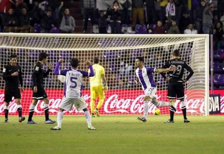 Javi Guerra (2d) celebra el segundo gol marcado por el Valladolid a la Real Sociedad, que supuso el 2-2 definitivo. (EFE)