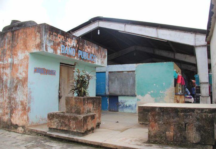 Además los comerciantes tuvieron que reparar el techo de lámina, con sus pocos ingresos, pues representaba un peligro. (Carlos Castillo/SIPSE)