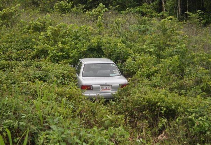 El vehículo fue abandonado por sus ocupantes, por lo que desconoce hasta el momento si hubo lesionados. (Manuel Salazar/SIPSE)