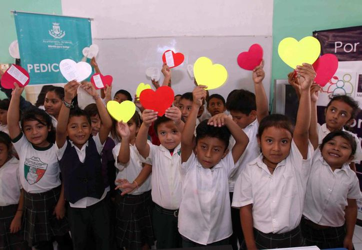 Niños de las escuelas Jaime Torres Bodet, Francisco Villa y Rómulo Roso Peña que participaron en el taller. (SIPSE)