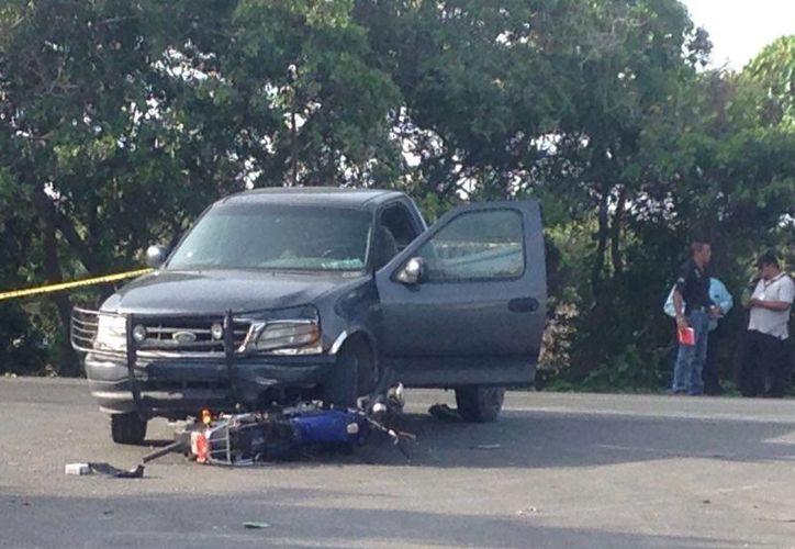 El conductor de la camioneta Ford Lobo chocó contra una motocicleta a la altura de la caleta del libramiento de Progreso. El conductor del vehículo ligero falleció en el lugar. (Gerardo Keb/Milenio Novedades)