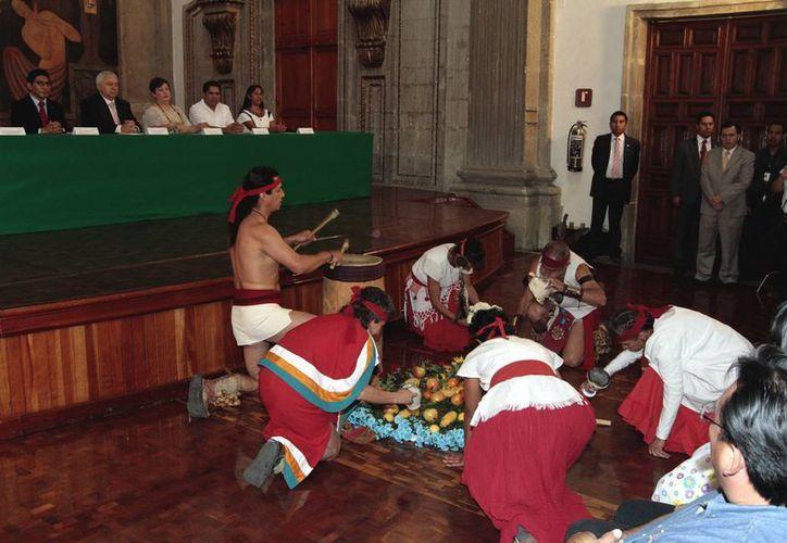 El secretario de Educación Pública, Emilio Chuayffet, durante la Ceremonia de Presentación y Entrega de la Constitución Política de los Estados Unidos Mexicanos en 10 lenguas indígenas. (Notimex)