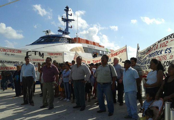 La manifestación se realizó a las 9:30 horas en el muelle La Vega. (Adrián Barreto/SIPSE)