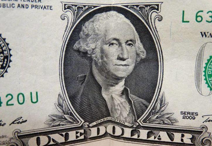 El billete verde se compra en un mínimo de $17.82 pesos. (SIPSE)