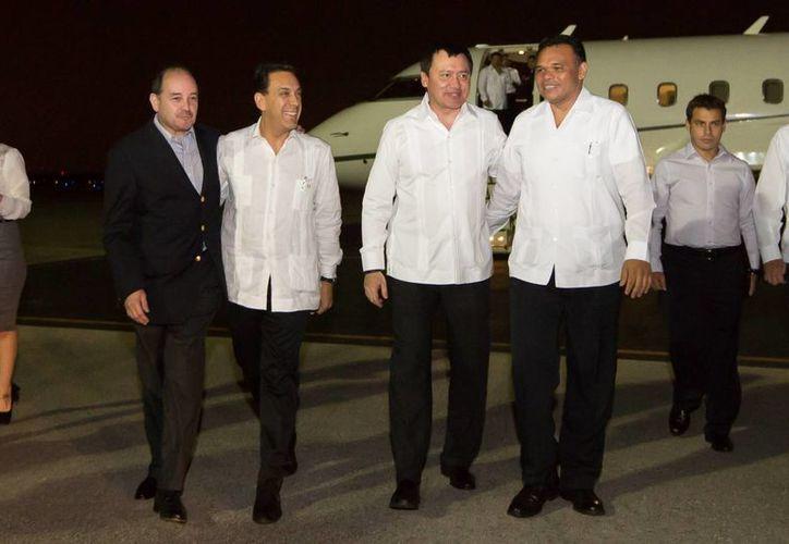 Recibimiento en el aeropuerto de Mérida al secretario de Gobernación, Miguel Ángel Osorio Chong. (SIPSE)