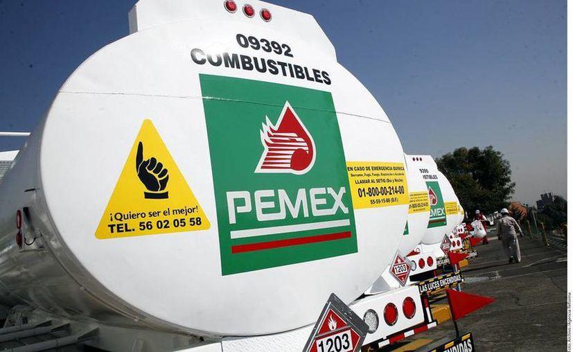 Pemex ya piensa en importar petróleo para 'reforzar' la eventual producción de gasolinas en al menos tres refinerías. Imagen de contexto de pipas de la paraestatal. (Archivo/e-consulta.com)