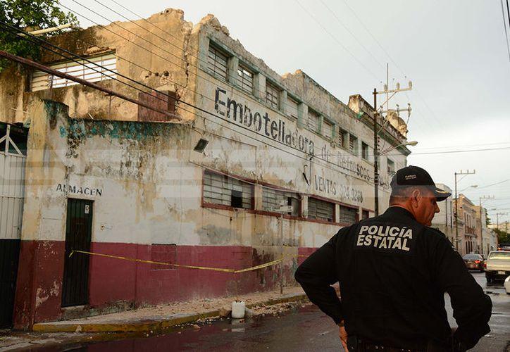 Autoridades acordonaron la zona para evitar que algún peatón resultara lesionado. (Victoria González/SIPSE)
