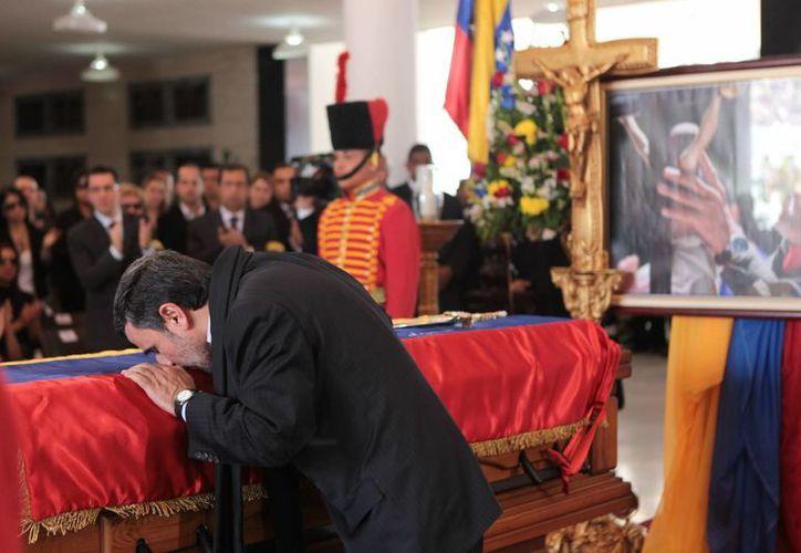 Mahmoud Ahmadinejad besó el ataúd del presidente Chávez. (Agencias)