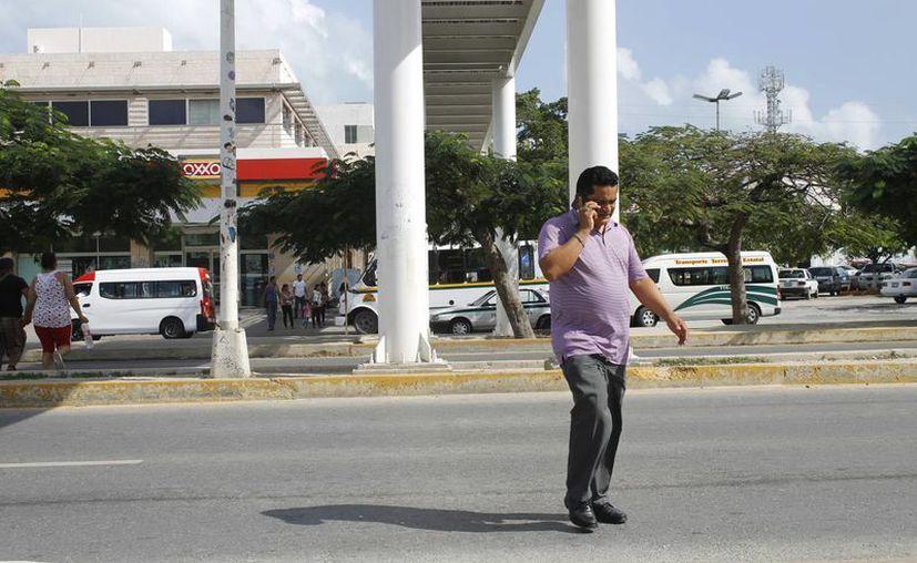 Traúnsentes prefieren cruzar debajo del puente peatonal ubicado cerca de la terminal de ADO. (Yajahira Valtierra/SIPSE)