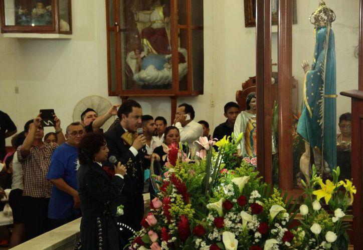 Desde las primeros minutos de este lunes comenzaron las tradicionales 'mañanitas' a la Virgen de Guadalupe. (Jorge Acosta/ Milenio Novedades)