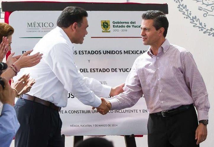 El gobernador Rolando Zapata Bello (i) y el presidente Enrique Peña Nieto inauguraron el Centro de Justicia para las Mujeres de Yucatán. (Cortesía)