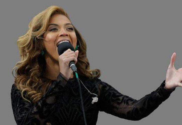 Beyoncé durante su polémica interpretación del himno de EU en la toma de protesta de Obama, hace unos días. (Agencias)