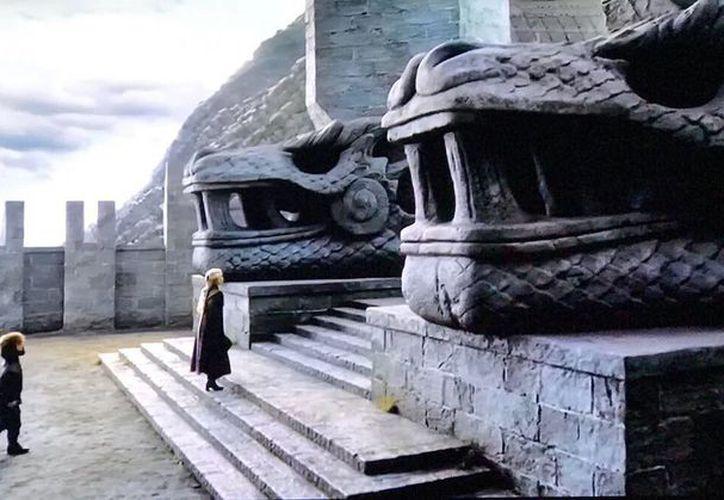 La entrada de un templo de GOT tiene dos cabezas que se asemejan al dios Kukulcán o Quetzalcóatl. (Twitter)