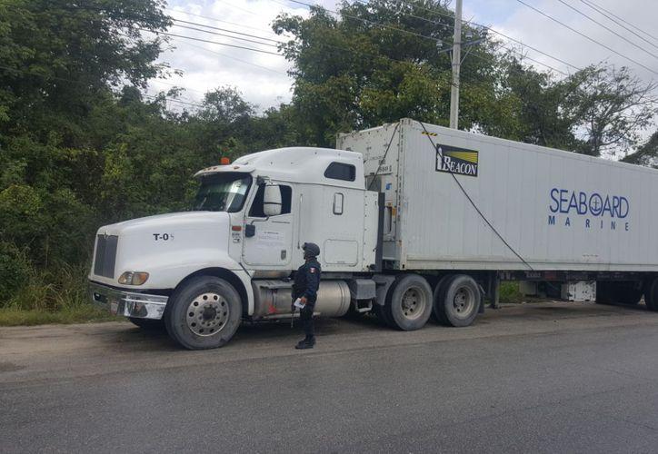 Los agentes procedieron a consultar los datos de la unidad en Plataforma México. (Redacción/ SIPSE)