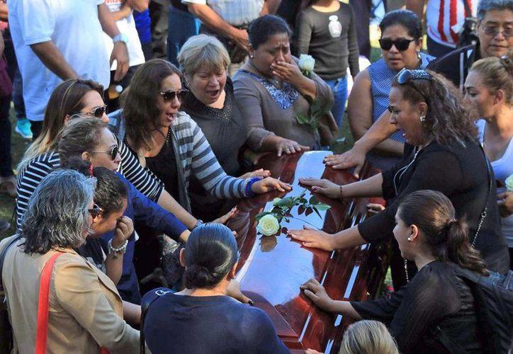 La maestra yucateca Jeany Rosado Peña y su hijo Isaac Cardeña recibieron un homenaje en la cancha La Ciénega, casa de Chivas Real Chilpancingo, donde el joven era portero. Madre e hijo fueron asesinados. (proceso.com.mx)