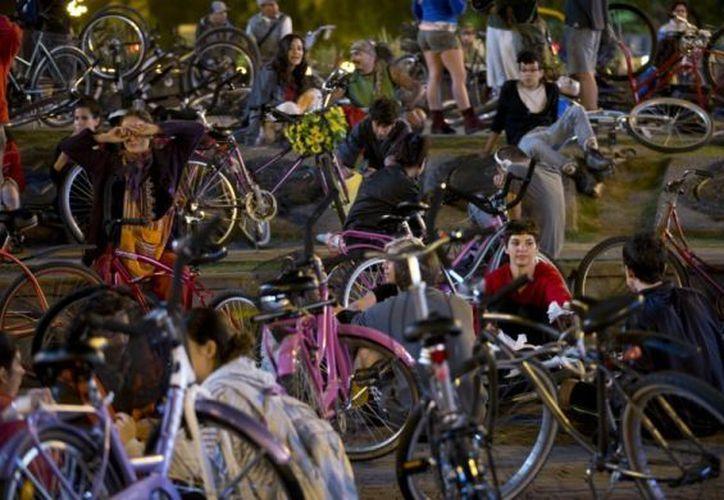 Los argentinos han respondido creativamente a la falta de bicicletas nuevas. (Agencias)