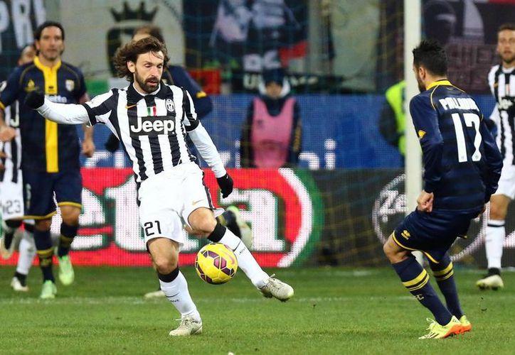 Raffaele Paladino (d) trata de hacerle la vida imposible al talentoso mediocampista Andrea Pirlo en partido que Juventus ganó 1-0 a Parma en Copa de Italia. (EFE)