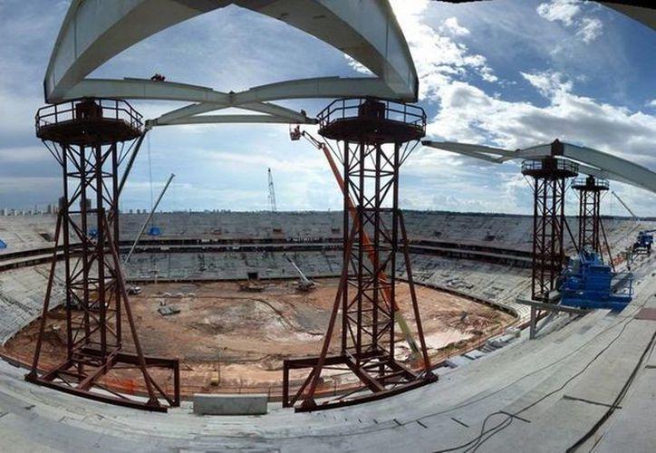 De acuerdo con autoridades brasileñas, el estadio de Manaos sólo tiene edificado el 74 por ciento de la obra proyectada. (es.fifa.com)