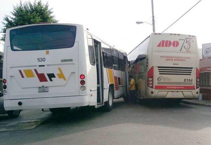 Imagen del choque entre un autobús de ADO GL y un camión de pasajeros de la ruta de Xoclán en el cruce de la avenida Juan Pablo II y Circuito colonias en el poniente de la ciudad. (Marco Moreno/SIPSE)