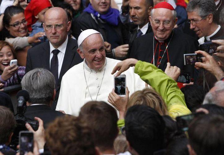 El Papa visitó la basílica romana en Trastevere, base de la Comunidad de San Egidio, una organización católica que ayuda a ancianos, inmigrantes y otros necesitados. (AP)