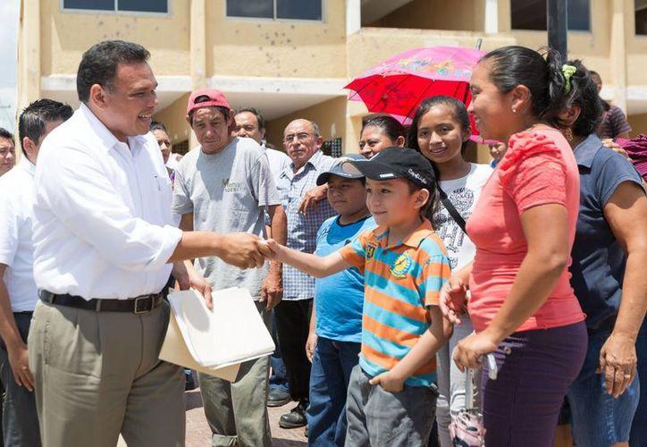 El gobernador Rolando Zapata Bello saluda a la gente durante uno de los actos que encabezó el lunes. (SIPSE)