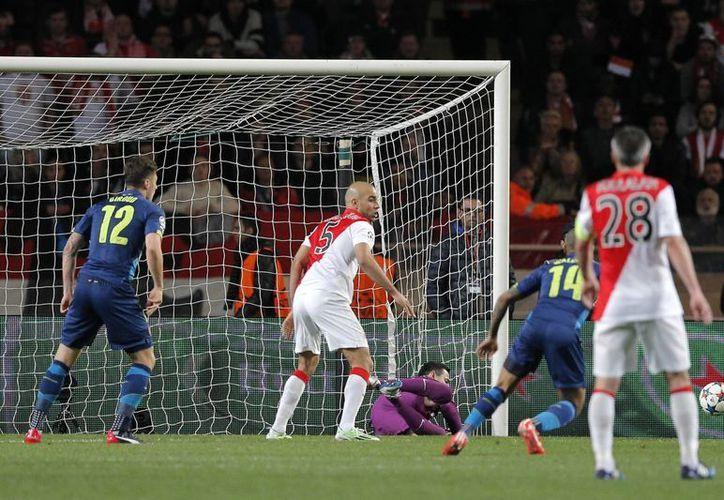 Momento en que Arsenal anotaba su segundo gol ante Mónaco por conducto de Aaron Ramsey. Sin embargo, la victoria fue insuficiente para que el cuadro inglés avanzara a cuartos de final de la UEFA Champions League. (Foto: AP)