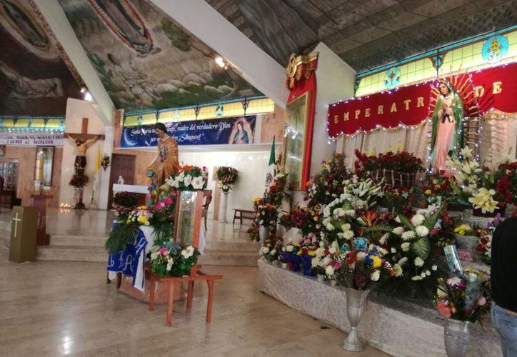El altar quedó debidamente adornado por los apostolados de la parroquia. (Verónica Fajardo/SIPSE)