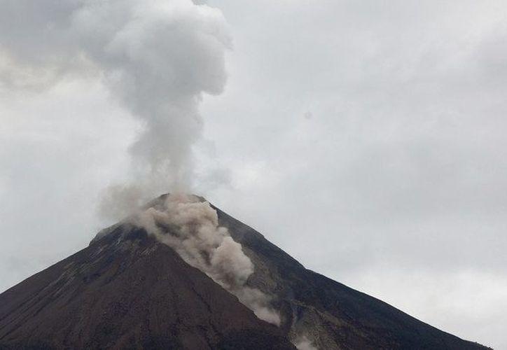 Las erupciones del Volcán de Fuego no deja trabajar a los rescatistas. (Twitter)