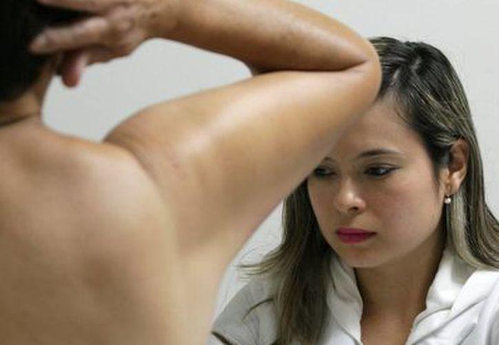 La autoexploración ha permitido detectar etapas tempranas del cáncer de mama en miles de mujeres mexicanas. (Archivo/Notimex)