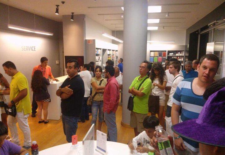 Decenas de cancunenses acudieron a la venta nocturna. (Twitter/@Donlimon)