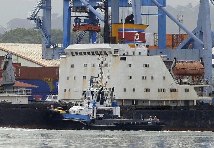 Vista del barco norcoreano Chong Chon Gang, atracado en el muelle de Manzanillo de la caribeña ciudad de Colón, Panamá. (EFE)