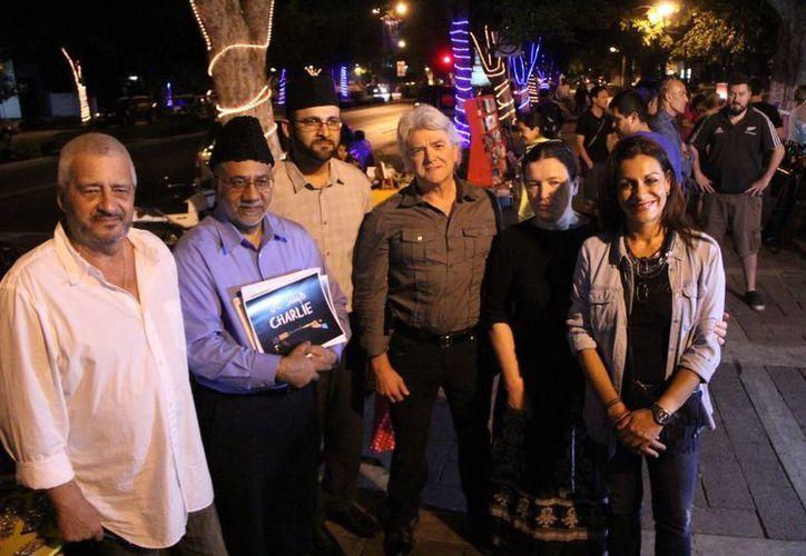 Personas de varias nacionalidades se unieron al evento para condenar el atentado contra Charlie Hebdo. (José Acosta/SIPSE)