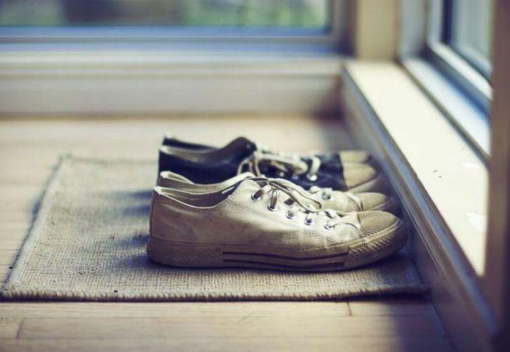 Hay que sustituir los zapatos de calle por unas zapatillas de casa. (Contexto/Internet).