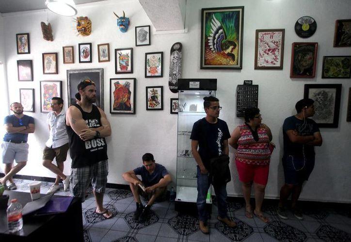 Personas de diferentes edades respondieron a la convocatoria del  artista Will Tec 'Tatuwill'. (Amílcar Rodríguez/Milenio Novedades)