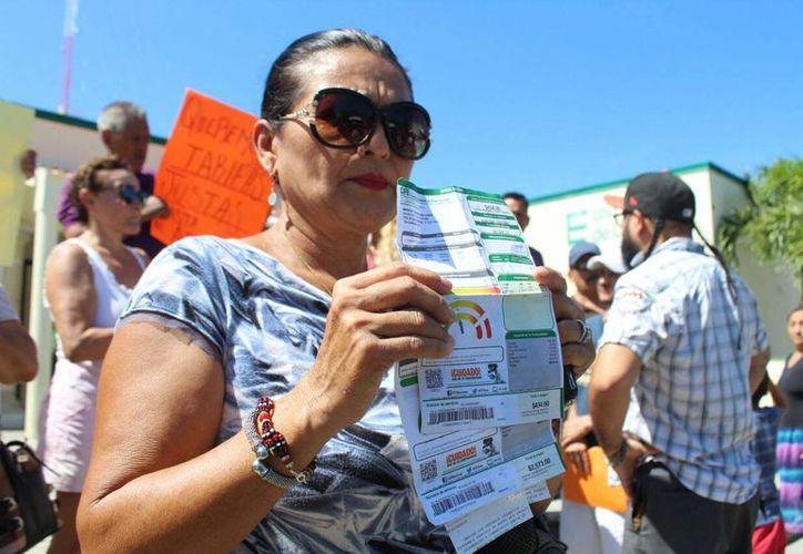 Un grupo de clientes de la paraestatal se manifestaron a las afueras de las oficinas en la colonia Gonzalo Guerrero. (Daniel Pacheco/SIPSE)