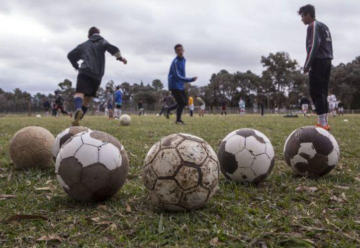 Jóvenes de escasos recursos podrán ser contactados por cualquier equipo de futbol y podrán subir a la plataforma, la muestra de sus habilidades. (El País)