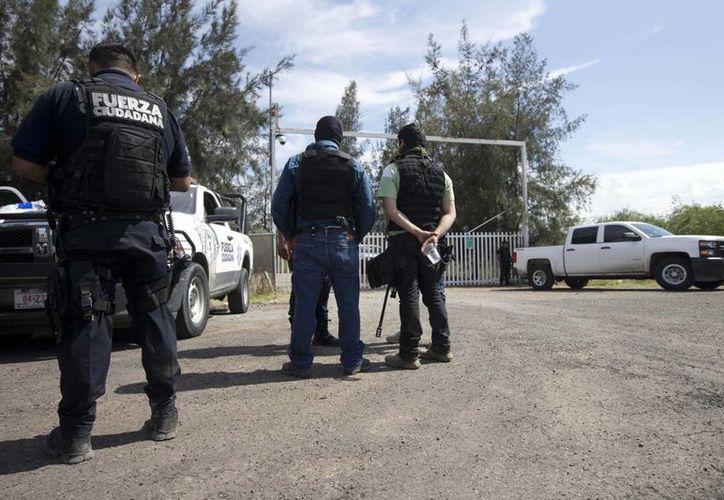 Del rancho 'El Sol' se ignora  quiénes son sus dueños. En la imagen policías estatales vigilan la entrada del lugar tras el enfrentamiento que se registró el pasado 22 de mayo. (Agencias)