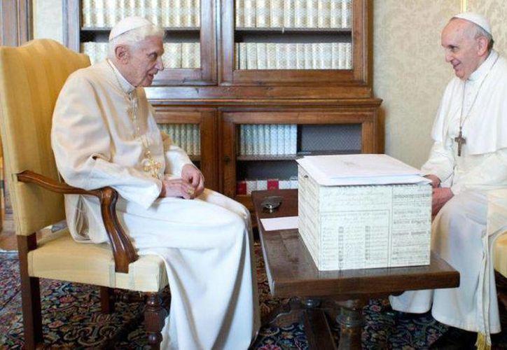Los dos Papas, Francisco y Benedicto, se reunieron ya en diversas ocasiones desde la elección del primero como obispo de Roma. (Archivo/AP)