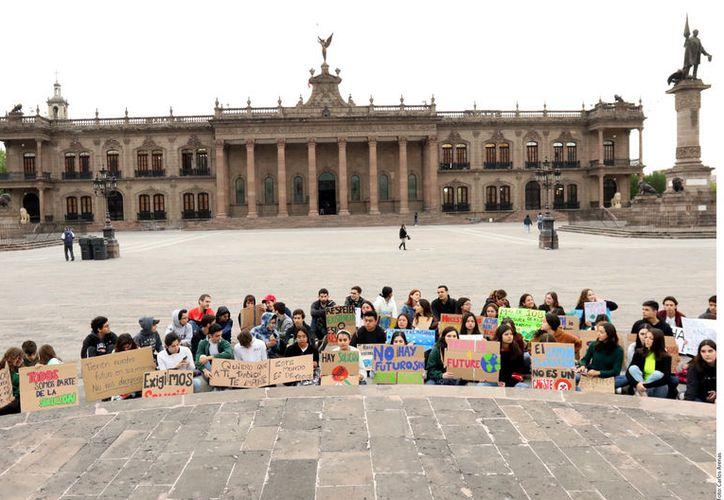 """Las protestas las realizan jóvenes al considerar que son el sector que más puede sufrir los efectos del """"desastre ecológico"""". (Foto: Reforma)"""