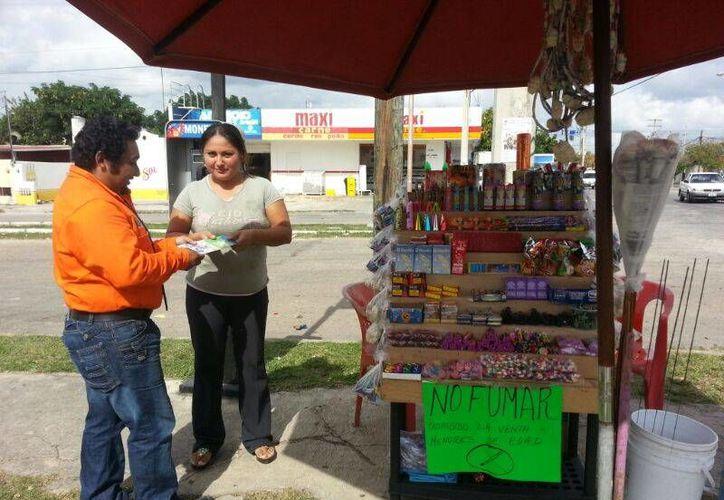 Un inspector del Ayuntamiento de Mérida supervisa un puesto de pirotecnia en el fraccionamiento Juan Pablo II. (SIPSE)