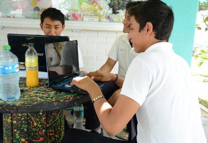 """El reporte de Cisco también destacó que más de la mitad de los jóvenes cree que """"no podría vivir"""" sin tener acceso a la web. (Victoria González/SIPSE)"""