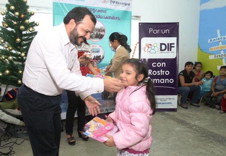 Manuel Castillo, director regional de mercadotecnia de Grupo SIPSE Medios Impresos, durante la entrega de regalos. (Cortesía)