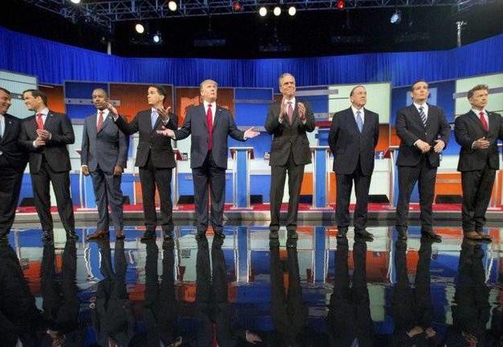Los aspirantes republicanos a la presidencia de los Estados Unidos durante el debate del 6 de agosto, el más visto por televisión en la historia del país. Este lunes se anunció que un nuevo encuentro se llevará a cabo el próximo 16 de septiembre en California. (Archivo AP)