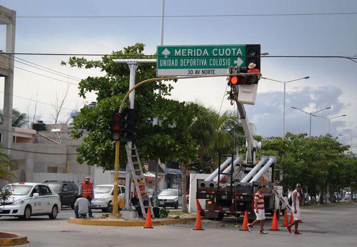 Debido a problemas técnicos, los semáforos inteligentes instalados en Playa del Carmen operarán al 100% hasta 2016. (Octavio Martínez/SIPSE)