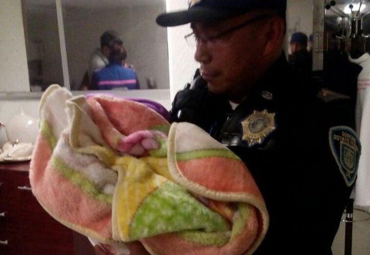 La menor fue trasladada a instalaciones del DIF. Fotos: Twitter @alertasurbanas.