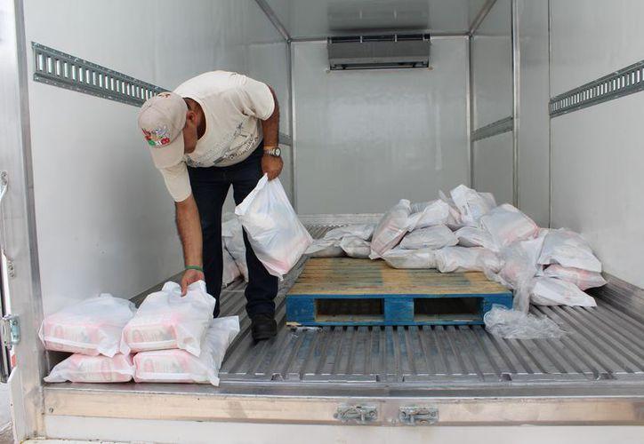 El apoyo se entrega a aproximadamente a mil 400 personas en condiciones vulnerables. (Joel Zamora/SIPSE)