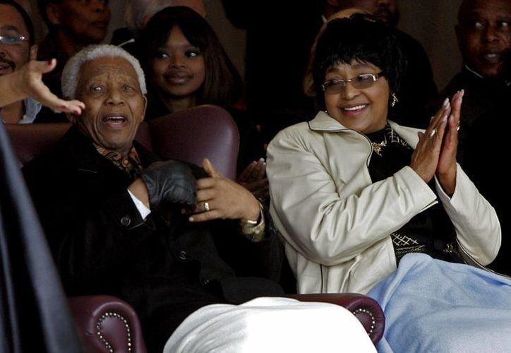 Nelson Mandela y su exesposa Winnie Madikizela-Mandela durante la inauguración de una estatua de Mandela en la prisión de Drakenstein en 2008. (Agencias)