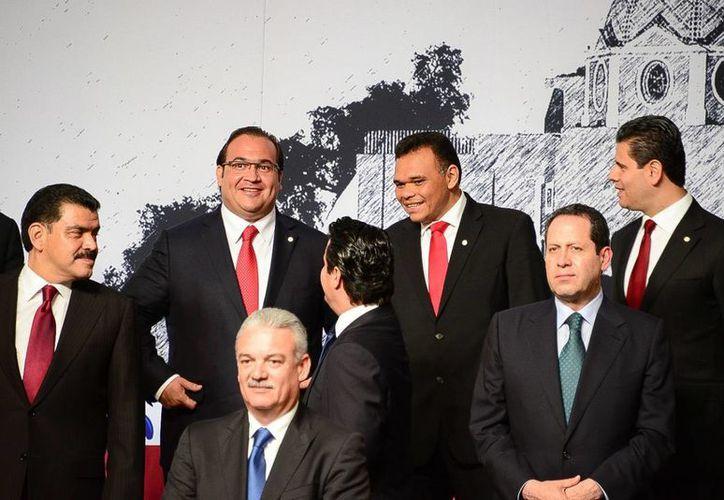 El mandatario de Aguascalientes, Carlos Lozano de la Torre, sustituye como líder de la Conago a su par poblano, Rafael Moreno Valle. En la foto, Zapata Bello con otros  gobernadores. (Cortesía)