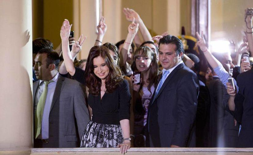 La mandataria se animó a bailar con sus simpatizantes en plena Casa Rosada. (Agencias)